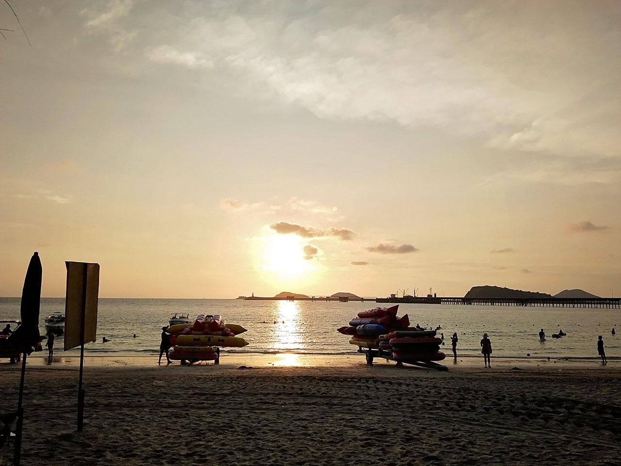 พระอาทิตย์ตก ณ หาดนางรำ สัตหีบ ชลบุรี