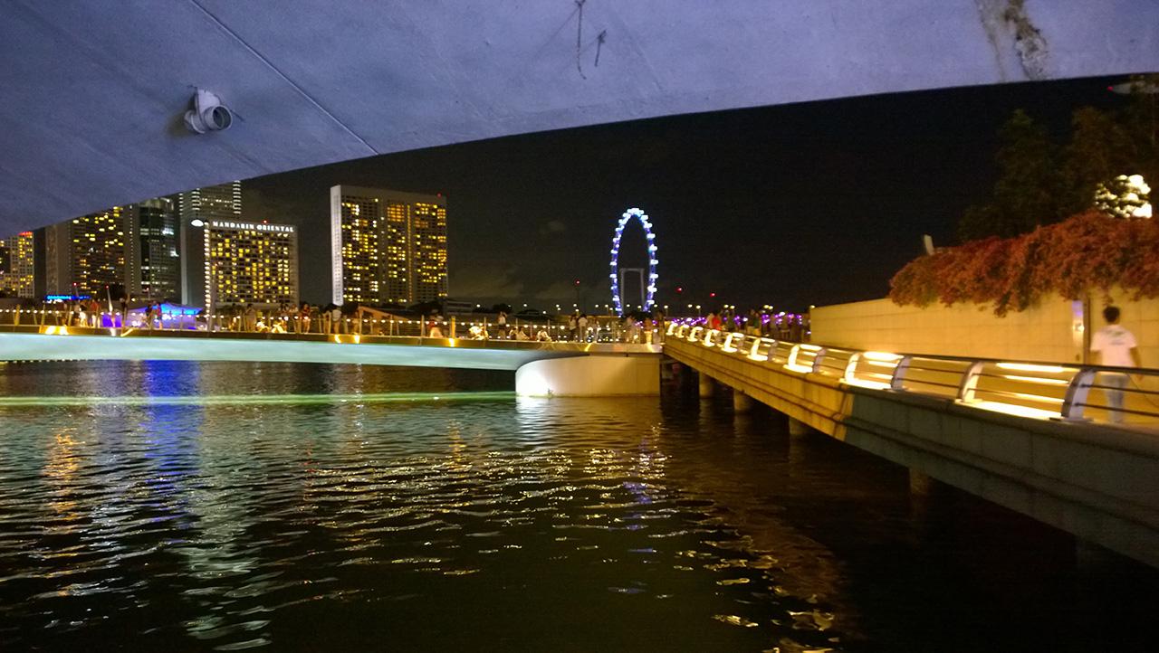 ใต้สะพานก่อนเดินเข้าไปในเมอร์ไลอ้อน พาร์ค