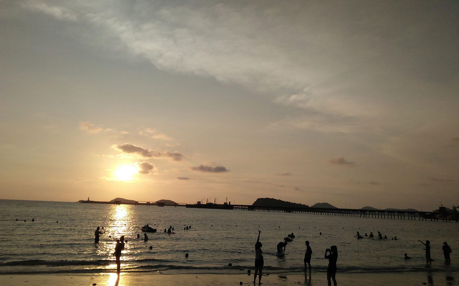 พระอาทิตย์ตกที่หาดนางรำ สัตหีบ ชลบุรี
