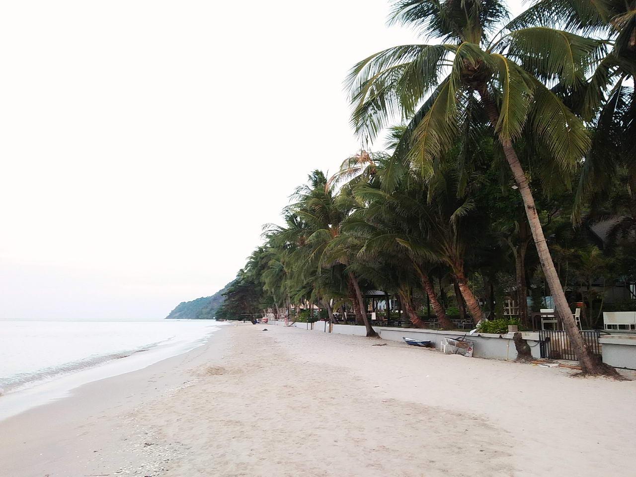 บรรยากาศบนหาดทรายขาวตอนเช้าๆ ที่เกาะช้าง จังหวัดตราด